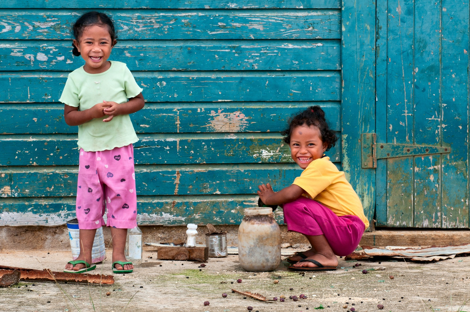 Allegria Tongana - Due bambine di Eua giocano fuori dalla capanna...felici con niente.