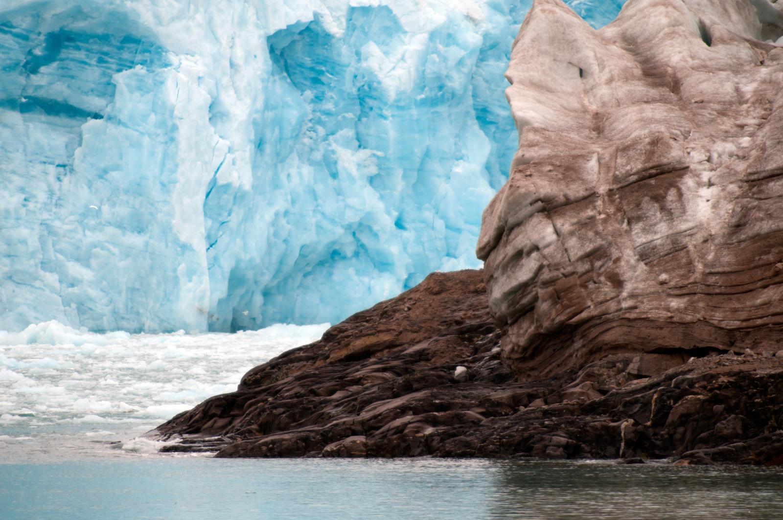 """Contrasti - Un iceberg di ghiaccio nero e sullo sfondo il ghiaccio azzurro, contrasto tra """"nuovo"""" e """"vecchio""""!"""